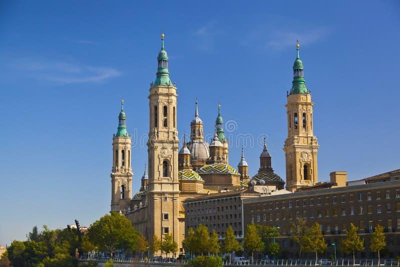 Basilica del Pilar in een heldere zonnige dag. Zaragoza, Spanje royalty-vrije stock afbeeldingen