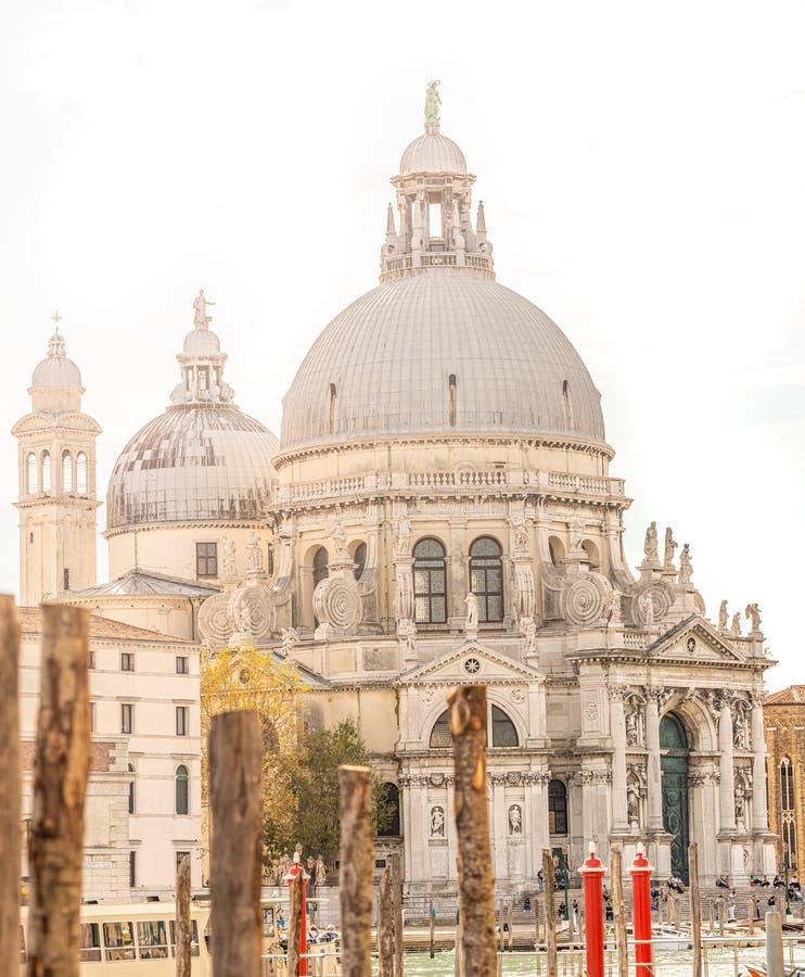 Basilica di Santa Maria della Salute op het Grote Kanaal in direct licht en zonder lucht, Venetië, Italië, zomertijd, details royalty-vrije stock foto