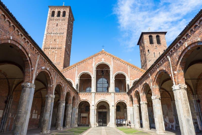 Basilica di St Ambrose (Sant'Ambrogio) a Milano, Italia fotografia stock libera da diritti