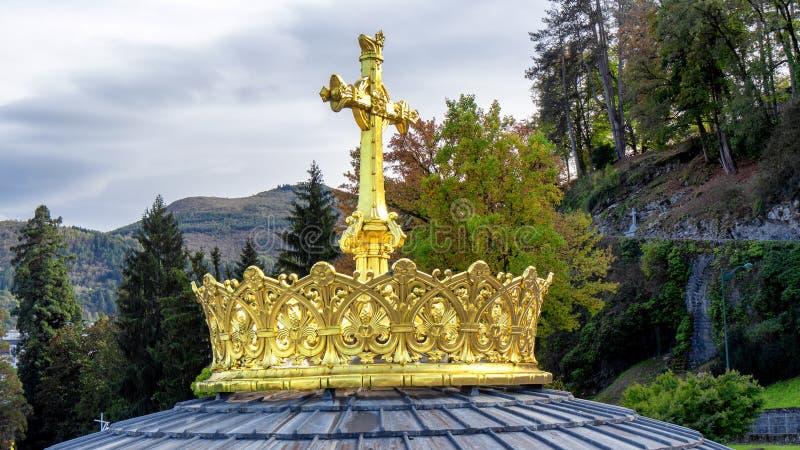 Basilica Lourdes Dome Top - Francia del rosario Cima della cupola di Lourdes Rosary Basilica, con la folla e l'incrocio dorati fotografia stock
