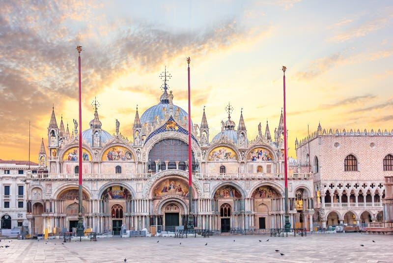 Basilica San Marco e palazzo ducale nell'alba, Venezia fotografia stock libera da diritti