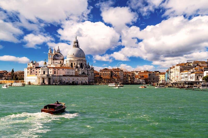 Basilica Santa Maria della Salute durante il bello giorno, Venezia, Italia immagine stock libera da diritti