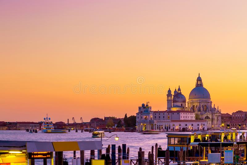 Basilica Santa Maria della Salute a Venezia, Italia durante il bello tramonto di giorno di estate Punto di riferimento veneziano  immagine stock