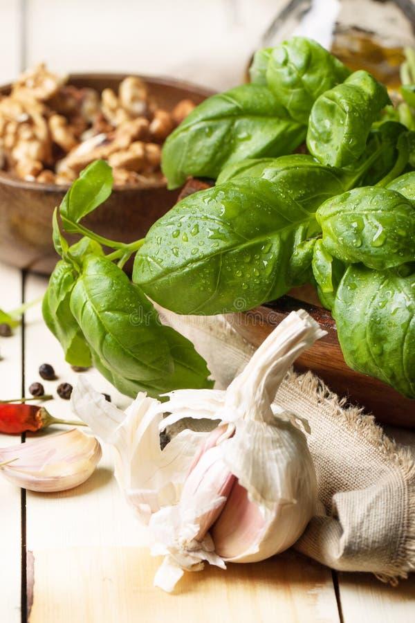 Basilico, aglio e noci immagini stock