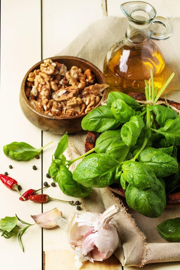 Basilico, dadi e olio d'oliva fotografia stock libera da diritti