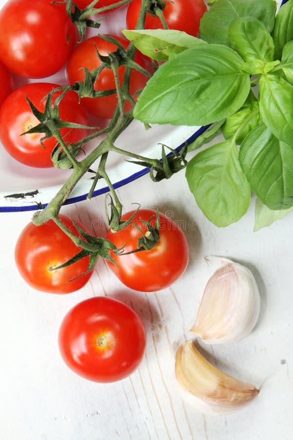 Basilico ed aglio dei pomodori di ciliegia immagini stock libere da diritti