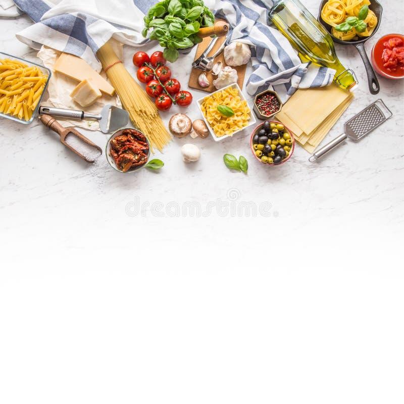 Basilico italiano g del parmigiano dell'olio d'oliva della pasta degli ingredienti alimentari fotografie stock