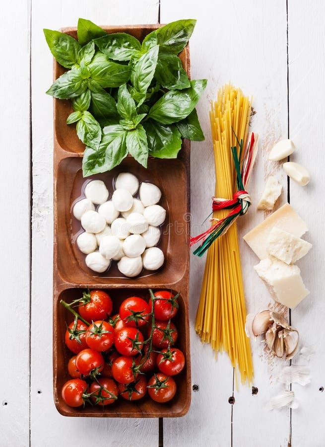 Basilico, mozzarella, pomodori e spaghetti fotografia stock