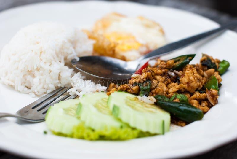 Basilicumkip gebraden rijst met Gebraden ei stock foto
