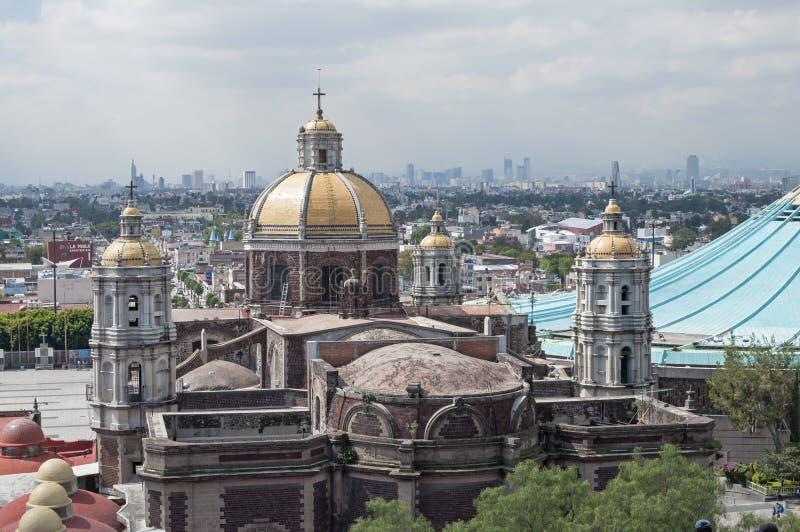 Basiliek en horizon van Mexico-City stock foto