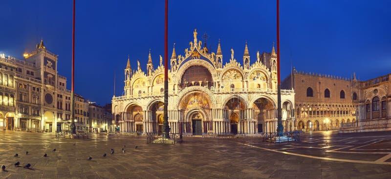 Basiliek in het vierkant van San Marco in Venetië bij nacht, panoramisch beeld stock afbeeldingen