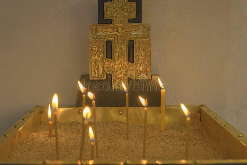 Basiliek van de Geboorte van Christus Brandende kaarsen in de Kerk op het belangrijkste altaar stock fotografie