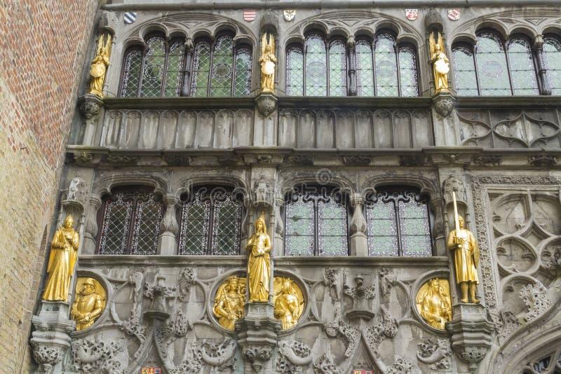 Basiliek van het Heilige Bloed, vensters en schuldstandbeelden, Brugge royalty-vrije stock fotografie