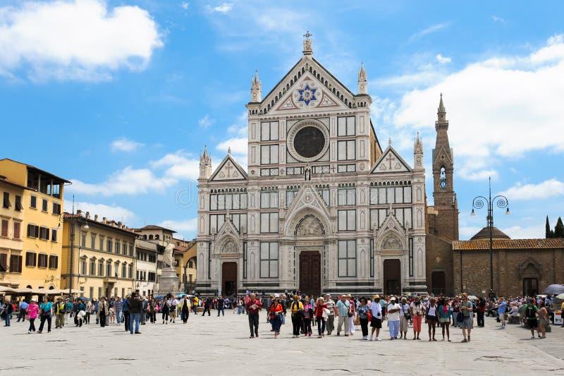 Basiliek van Santa Croce in Florence met toeristen royalty-vrije stock foto