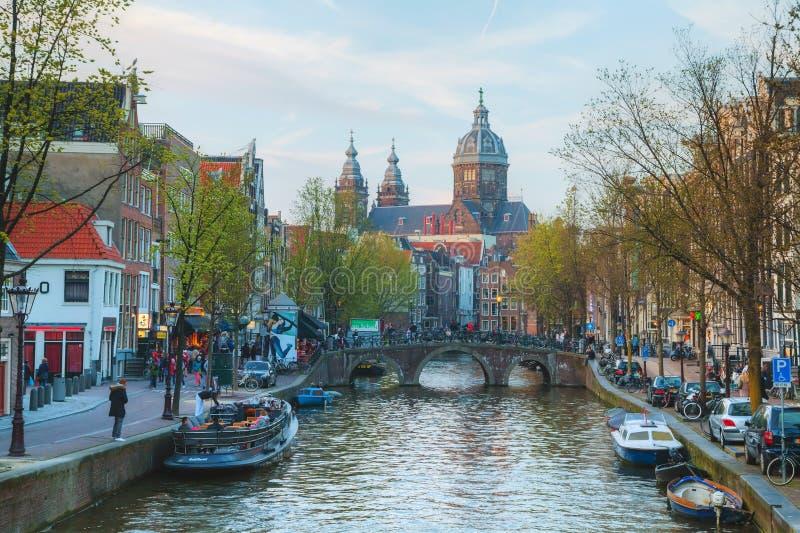 Basiliek van Sinterklaas (sint-Nicolaasbasiliek) in Amsterdam, stock foto