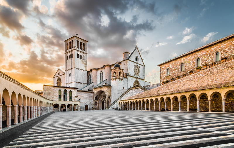 Basiliek van St Francis van Assisi bij zonsondergang, Assisi, Umbrië, Ita royalty-vrije stock afbeelding