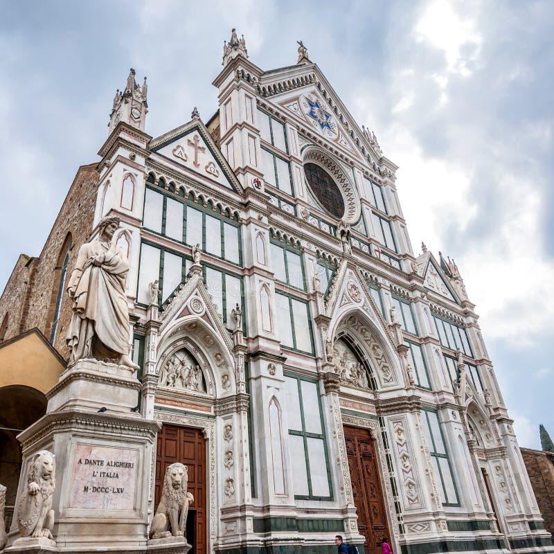 Basiliekdi Santa Croce met Dante-standbeeld in Florence, Italië stock foto