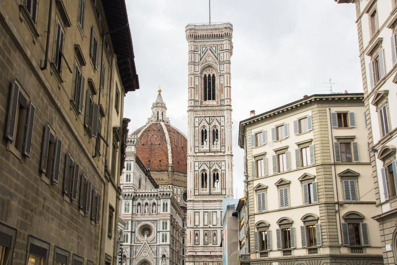 Basiliekdi Santa Maria del Fiore met Giotto-campanile torenklok en Baptistery van San Giovanni Weergeven van straat van Florence, stock afbeelding