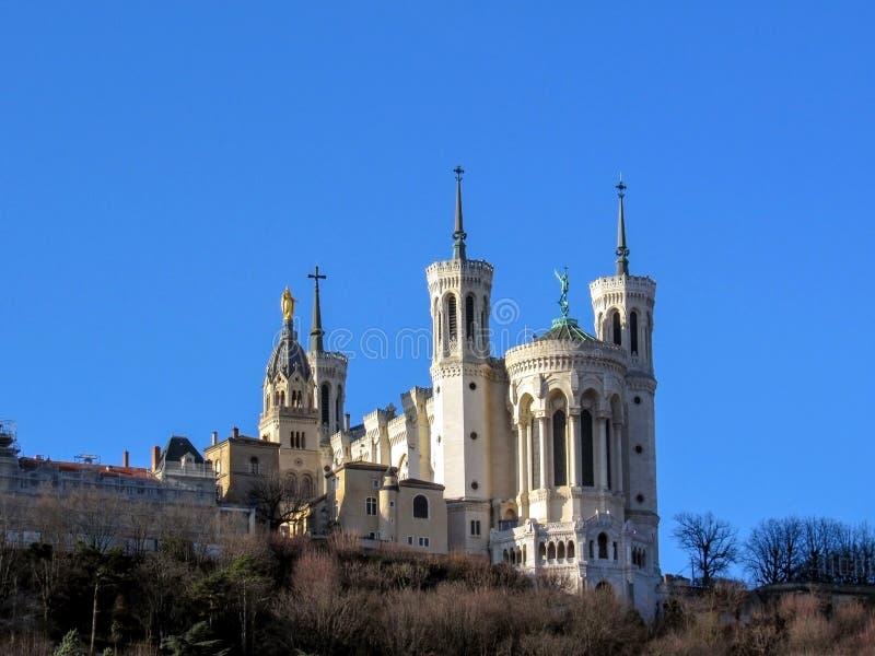 Basilika av Notre-Dame de Fourviere på överkanten av den Fourviere kullen i Lyon, Rhone-Alpes, Frankrike royaltyfri bild