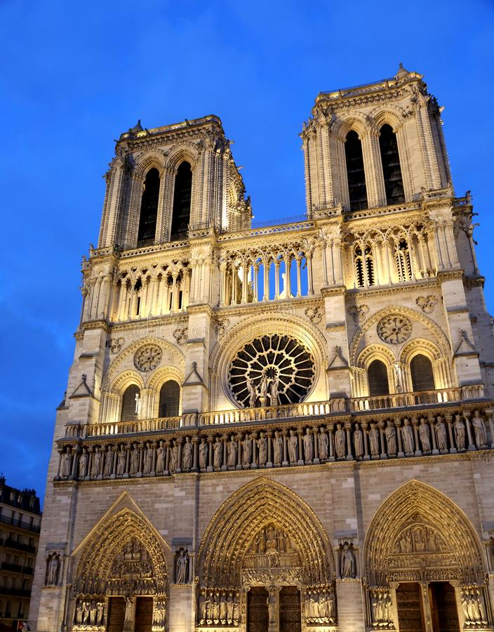 Basilika av Notre Dame i Paris Frankrike vid natt arkivfoton