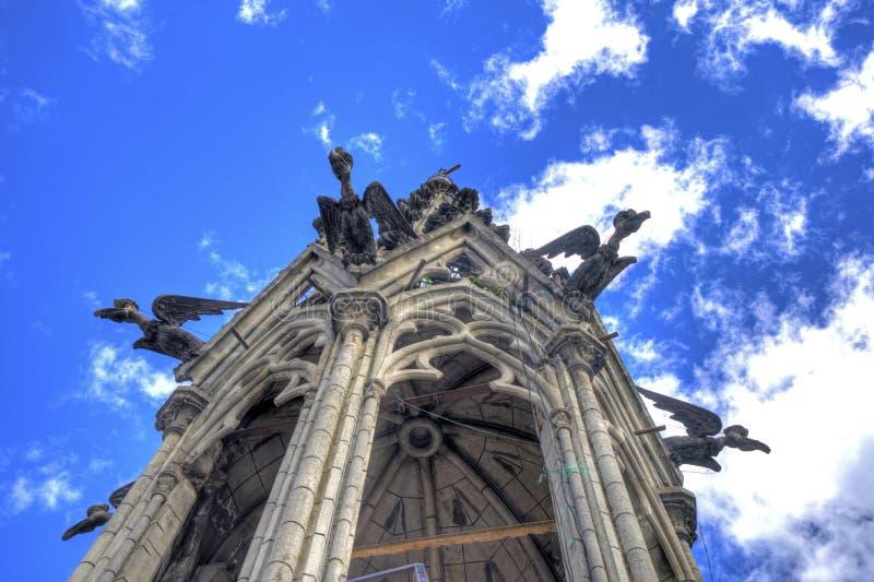 Basilika av Quitotornet och vattenkastare royaltyfri bild