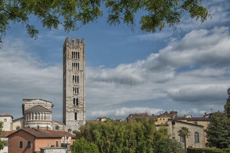 Basilika av San Frediano i romanesquestil - århundrade XII i den forntida staden av Lucca, Tuscany fotografering för bildbyråer