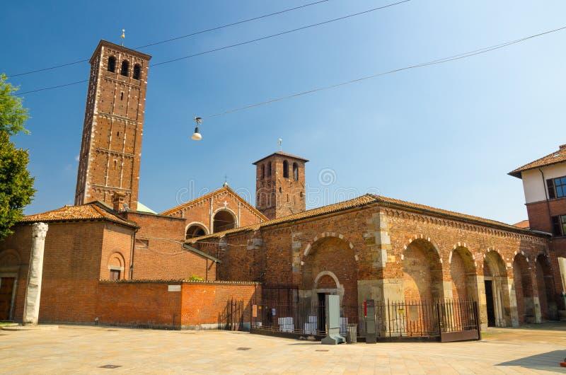Basilika av Sant 'Ambrogio kyrklig tegelstenbyggnad, Milan, Italien arkivbilder