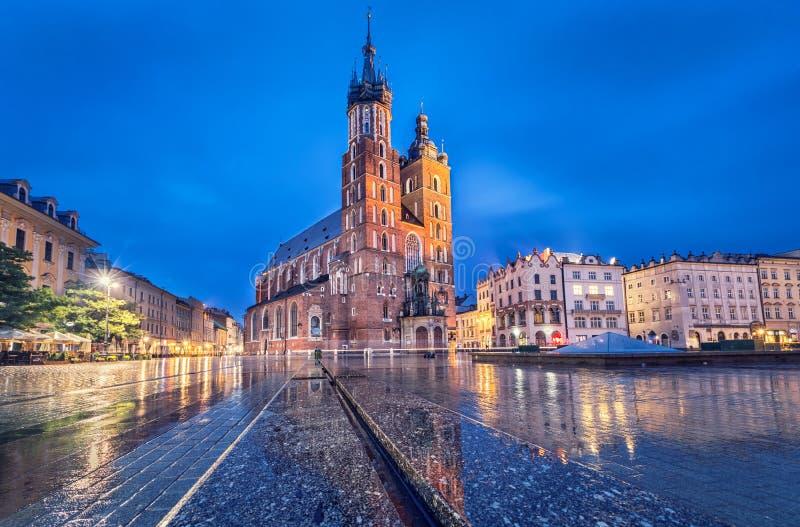 Basilika av St Mary på skymning i Krakow, Polen arkivfoton