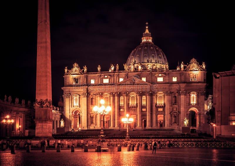 Basilika av St Peter på natten, Rome royaltyfri fotografi