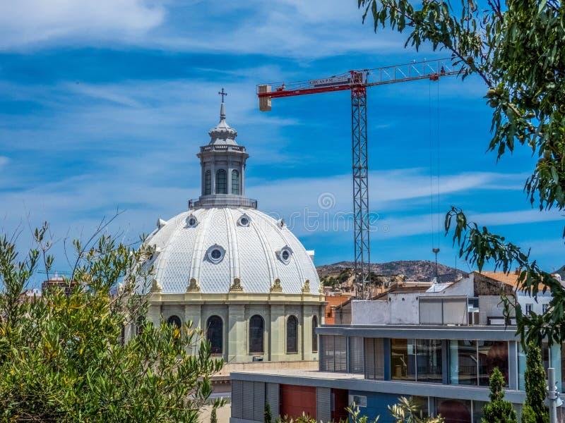 Basilika der N?chstenliebe in Cartagena Cartagena, Murcia, Spanien Kran nahe Basilika lizenzfreie stockbilder