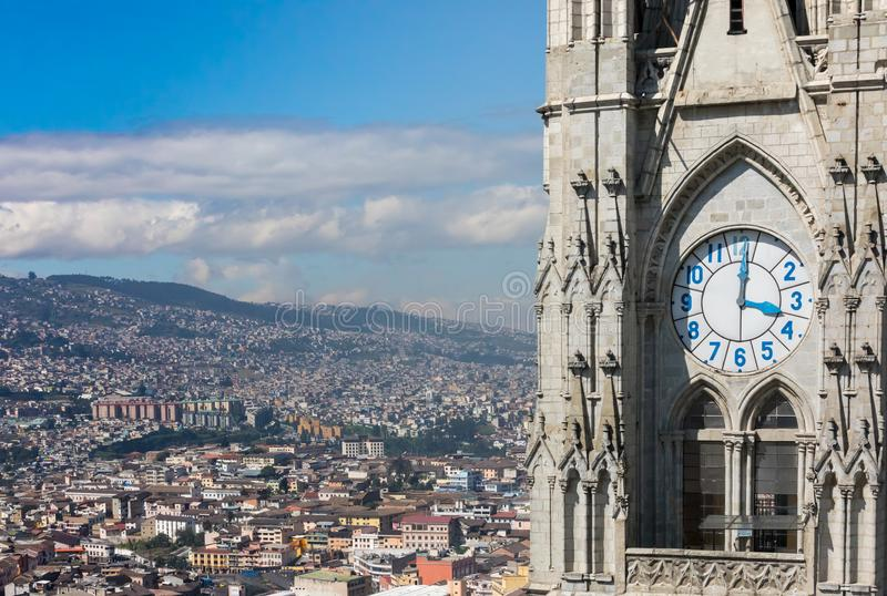 Basilika för klockatorn av Quito och panorama av staden fotografering för bildbyråer