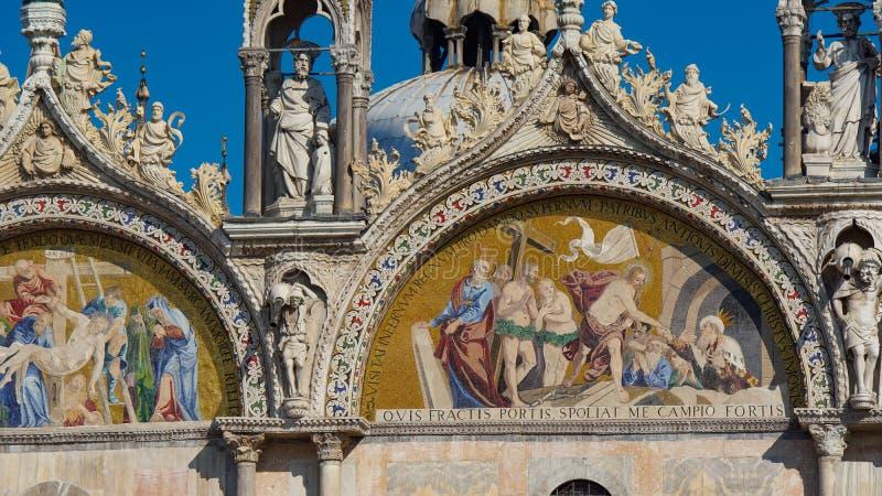 Basilika för St Mark ` s i Venedig, Italien Arkitektoniska detaljer av basilikan för St Mark ` s, Venedig, Italien Guld- lejon fö royaltyfria foton