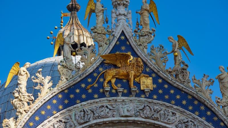 Basilika för St Mark ` s i Venedig, Italien Arkitektoniska detaljer av basilikan för St Mark ` s, Venedig, Italien Guld- lejon fö royaltyfri foto