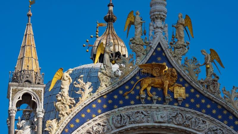 Basilika för St Mark ` s i Venedig, Italien Arkitektoniska detaljer av basilikan för St Mark ` s, Venedig, Italien Guld- lejon fö arkivfoton