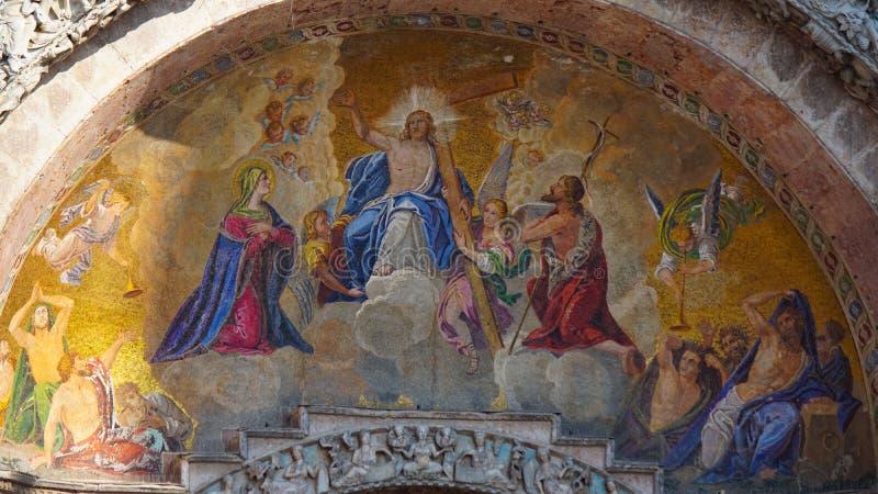 Basilika för St Mark ` s i Venedig, Italien Arkitektoniska detaljer av basilikan för St Mark ` s, Venedig, Italien Guld- lejon fö royaltyfria bilder