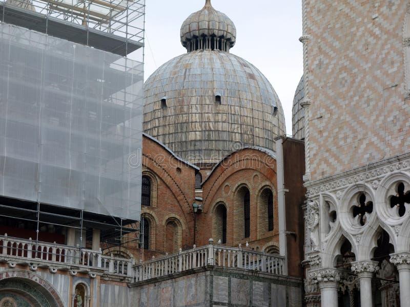 Basilika för Venedig gränsmärke-, St Mark ` s och slotten för doge` s, Italien arkivfoto