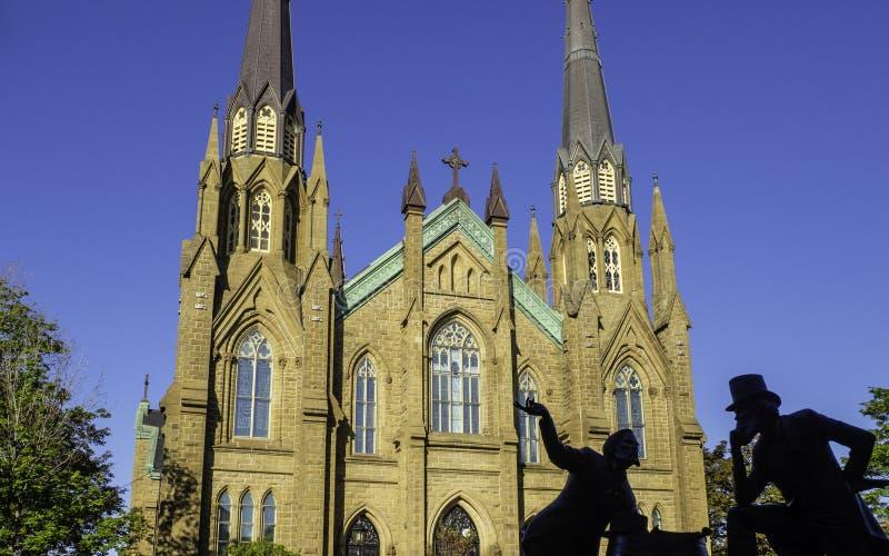 Basilika-Kathedrale St. Dunstans und die Bronzestatue von zwei Vätern Bündnis am sonnigen Tag in Charlottetown stockbilder