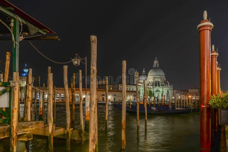 Basilika Santa Maria della Salute på natten royaltyfria foton