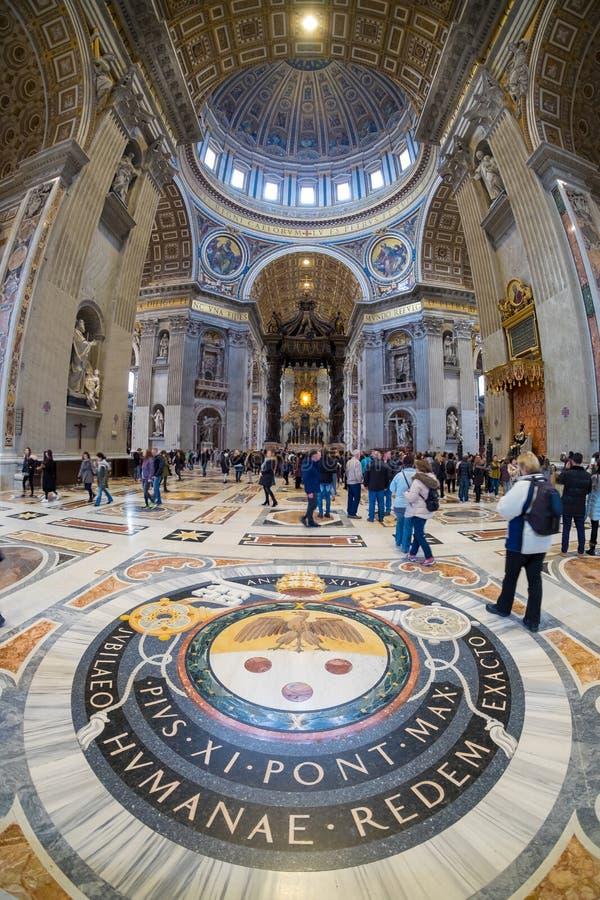 Basilika-St- Peter` s Innenraum in Rom, Italien stockbild