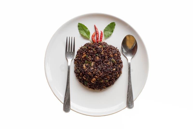 Basilika stekte riceberry ris blandade med finhackat griskött arkivbilder