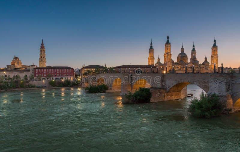 Basilika vår dam Pillar In Zaragoza i Spanien i solnedgång arkivfoto