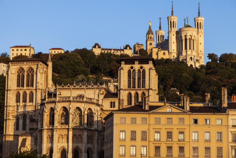 Basilika von Notre-Dame de Fourviere und von Lyon-Kathedrale lizenzfreie stockfotografie