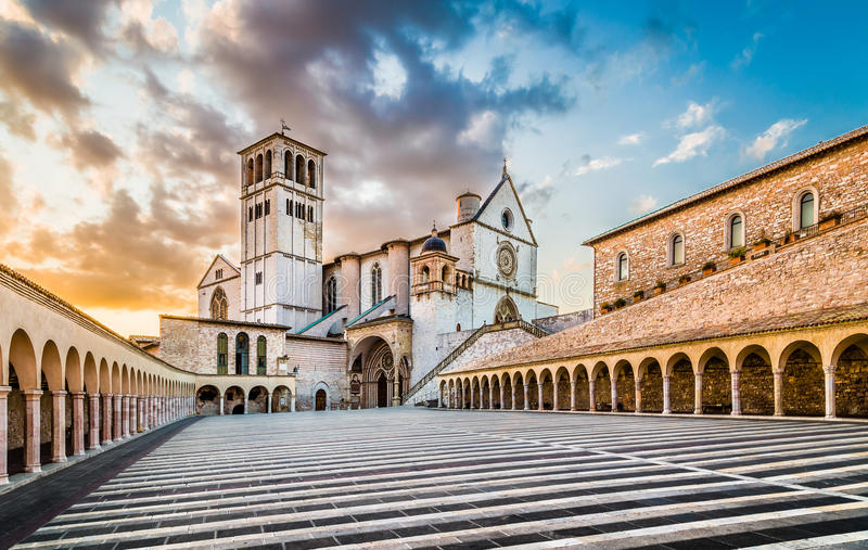 Basilika von St Francis von Assisi bei Sonnenuntergang, Assisi, Umbrien, Ita lizenzfreies stockfoto