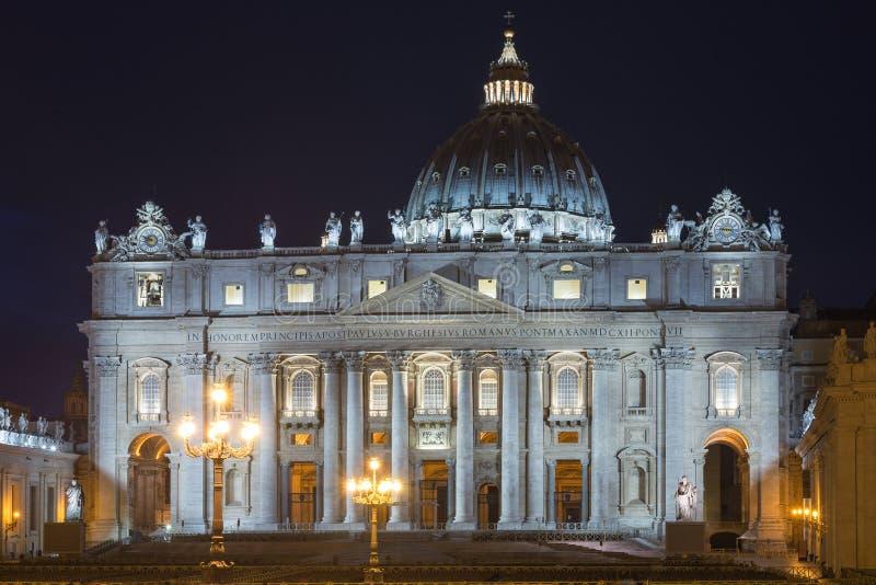 Basilika von St Peter bis zum Nacht, Vatikan, Rom, Italien lizenzfreie stockbilder