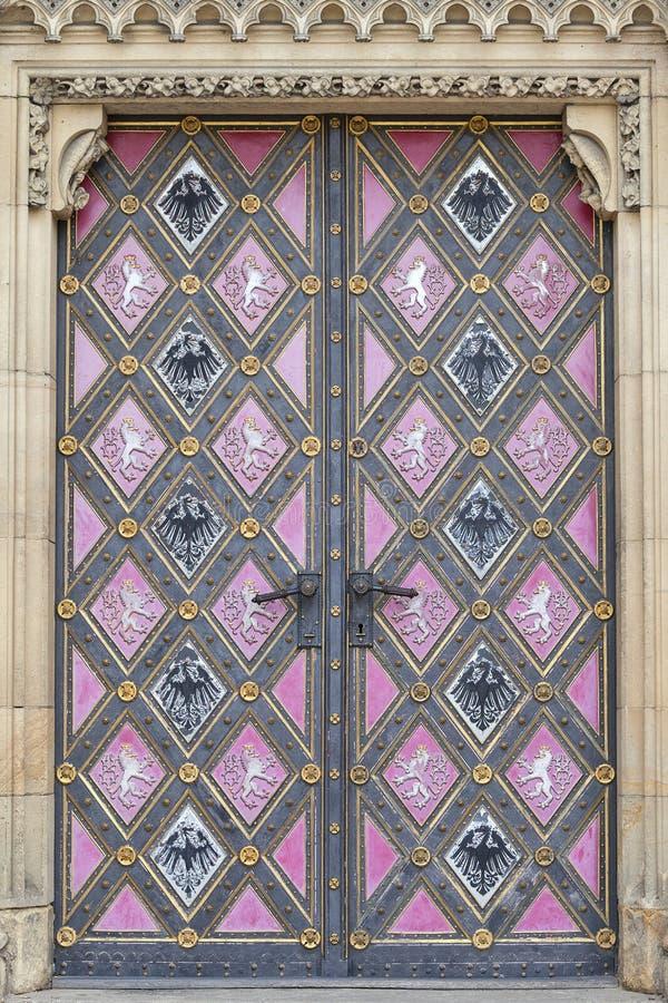 Basilika von St Peter und von St Paul, Vysehrad, Details der Tür, Prag, Tschechische Republik lizenzfreie stockfotos