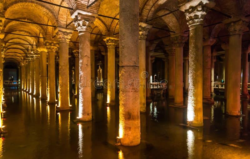 Basilikacisternen, är det störst av flera hundra forntida cisterner som ligger under staden av Istanbul förr royaltyfria foton