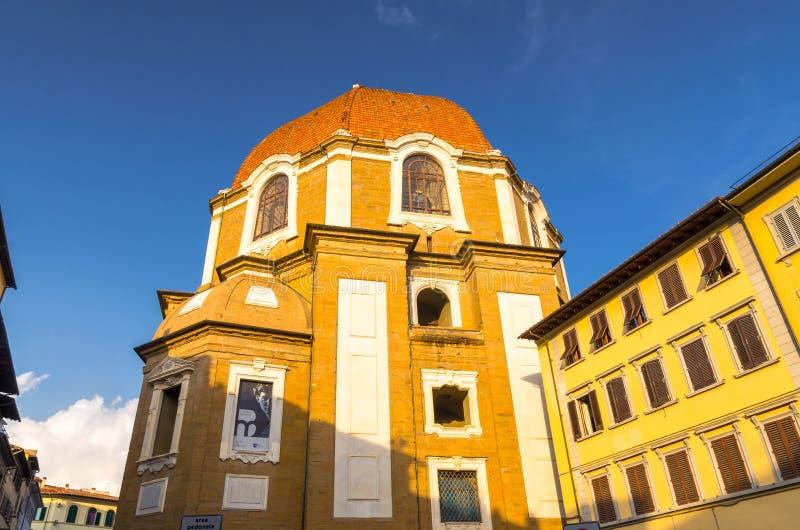 Basilikadi San Lorenzo och Cappelle Medicee kapell på den Aldobrandini för piazzamadonnadegli fyrkanten i historisk mitt av Flore royaltyfri bild