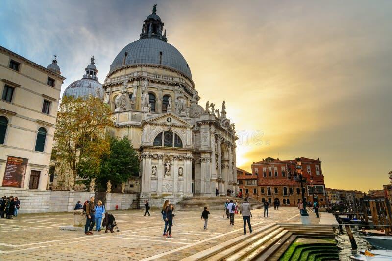 Basilikadi Santa Maria della Salute eller basilika av St Mary av hälsa på solnedgången Venedig italy arkivfoto
