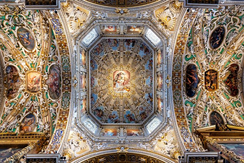 BasilikadiSanta Maria Maggiore tak i Bergamo övrestaden, Italien arkivbilder