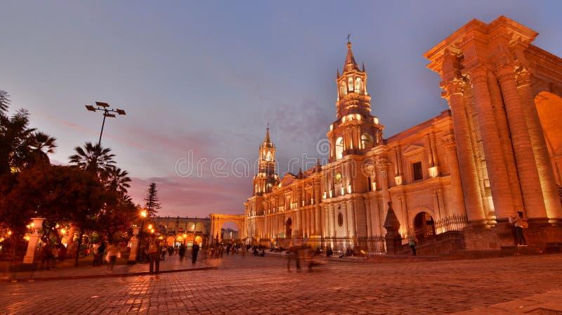 Basilikadomkyrkan på skymning armas de plaza _ peru fotografering för bildbyråer